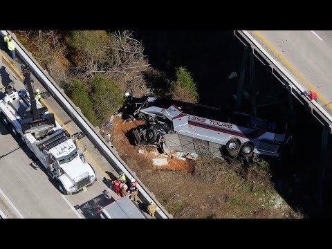 Xe buýt chở học sinh Texas đâm xuống gầm cầu xa lộ ở Alabama, 1 người chết