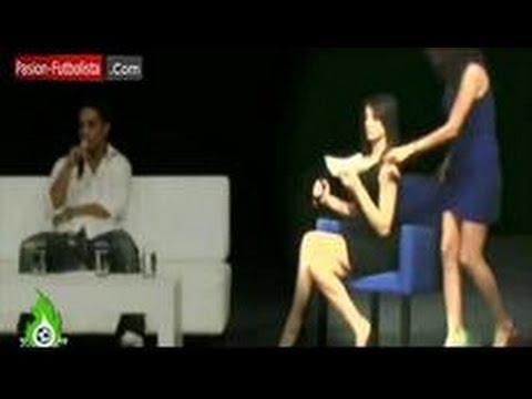 Ronaldinho coquetea a una mujer durante una entrevista en México