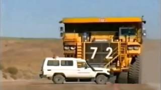 Auto wird von Muldenkipper überfahren / dump truck runs over car