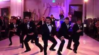 Noivo surpreende com dança coreografada em festa de casamento thumbnail