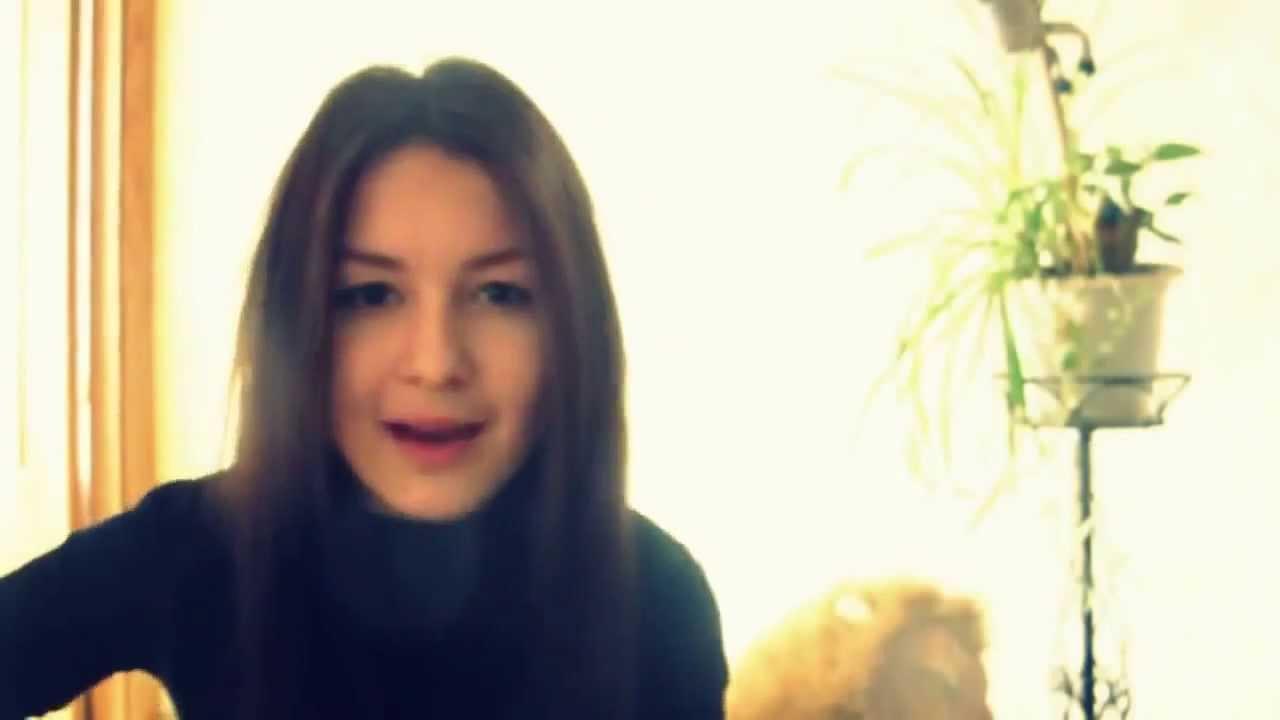 Красивая девушка красиво поет на ютубе