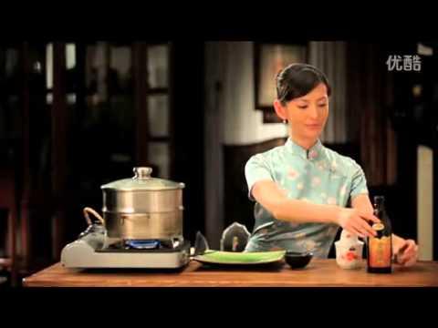 美女教你吃大闸蟹 (How to eat Chinese mitten crab)