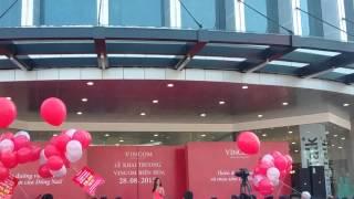 Ca sĩ Thu Thủy hát khai trương vincom Biên Hòa