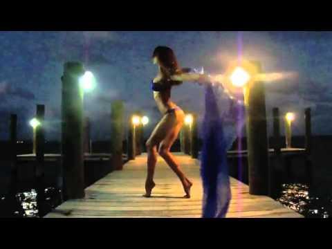 Девушка топлесс танцует