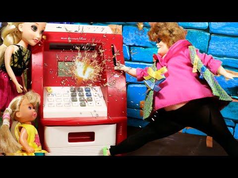 БАБУШКА И ДЕТИ СЛОМАЛИ БАНКОМАТ / Играем в куклы мама Барби