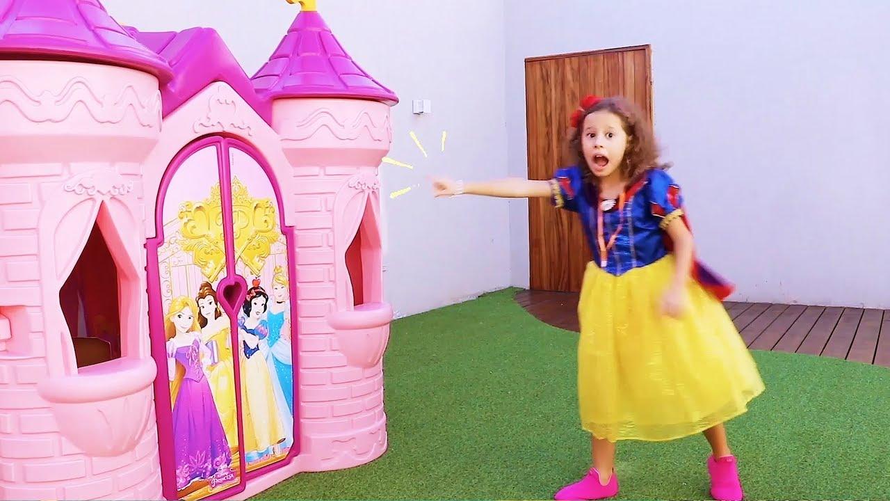 Valentina finge Brincar de ser princesa no seu castelo