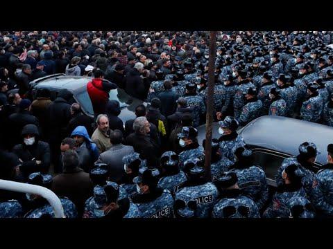 В Ереване оппозиция закрыла все входы в Национальное собрание