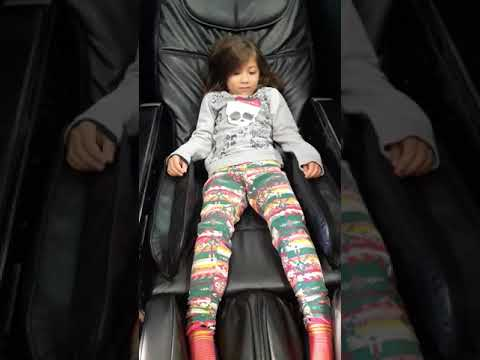 Livia andrade na cadeira de massagem