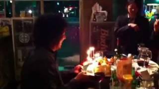 吉田佳史の41歳の誕生日にメンバーとスタッフでお祝い。