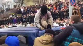 Сторонники Саакашвили вытащили его из машины СБУ.