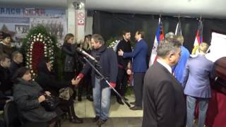 Сергей Федоров и сын Валерия Харламова у гроба Сергея Гимаева