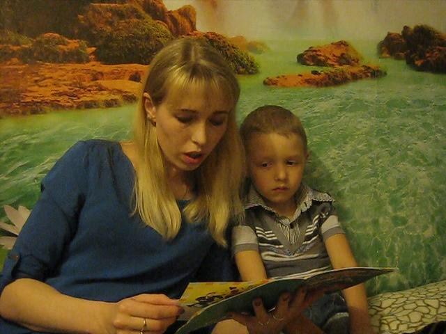 Изображение предпросмотра прочтения – ЯнаБаева читает произведение «Пешеходы и машины» АлександраМелентьевичаВолкова