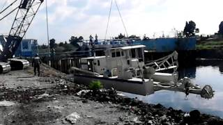 Empresa alfer  poniendo maquina draga marina
