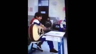 [REUP] TFBoys Dịch Dương Thiên Tỉ chơi guitar và hát Nâng Cánh Ước Mơ tại lớp học