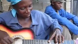 người đàn bà chơi guitar quá hay