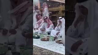 شاهد.. بدر بن سلطان يقدم القهوه لـ خالد الفيصل