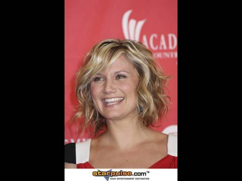 Jennifer Nettles Inspired Hair Tutorial (How to: Curls for shorter hair)