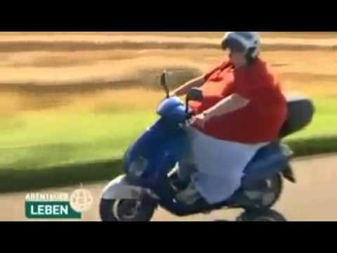 Fetter Mann auf Motorrad - YouTube