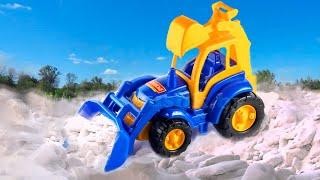 Синий Трактор чистит снег в Большой песочнице. Видео про трактор детям