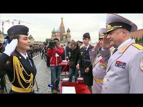 На Красной площади вручили дипломы и нагрудные знаки выпускникам Московского университета МВД.