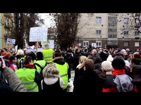 Tüntettek a diákok a szegedi Tömörkény István Gimnázium előtt