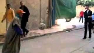 رجل عجوز يحطم جميع لاعبي كرة القدم في العالم