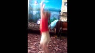 Моя тёска Ксюша танцует 4 года танец