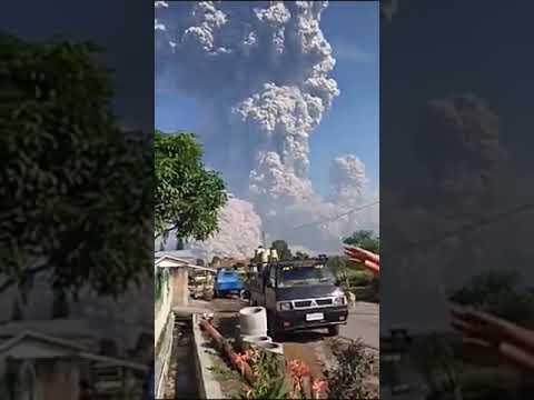 Detik Detik Letusan Gunung Sinabung,,, Wedus Gembel 5 km