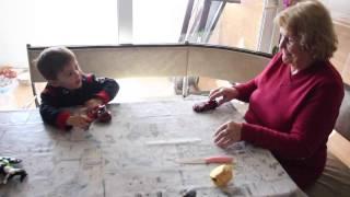 Büyük Anneanne ve Dede ile Oyuncak Arabalar Çocuk Videosu