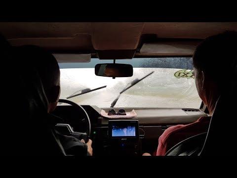 Sicht gleich Null: Rasen im kubanischen Regen