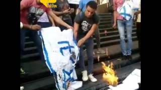 فيديو.. شباب يحرقون العلم الإسرائيلي أمام نقابة الصحفيين