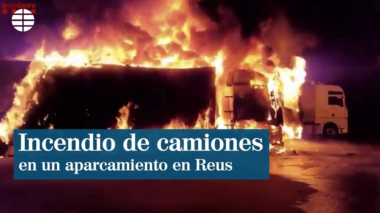 Espectacular incendio en un aparcamiento de camiones en Reus