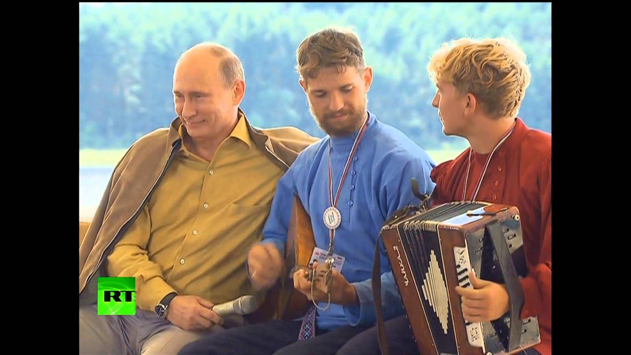 Казак удивил Путина танцем и игрой на балалайке