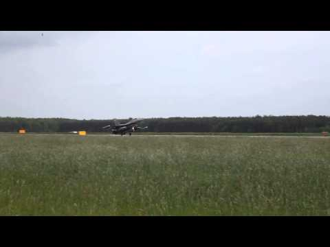Lądowanie amerykańskiego samolotu F-16 w 32 BLT w Łasku 23.05.2013 r.