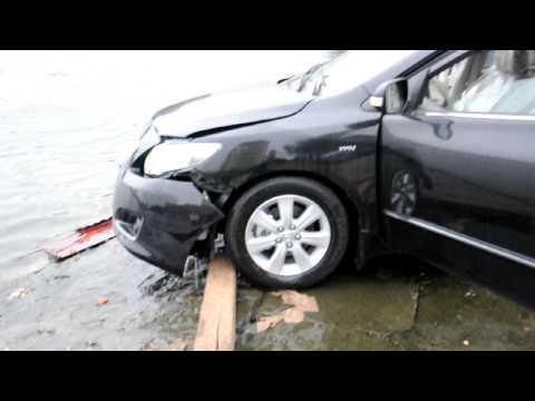 Xe ôtô Altis màu đen lao xuống hồ Giảng Võ 3-2010.AVI