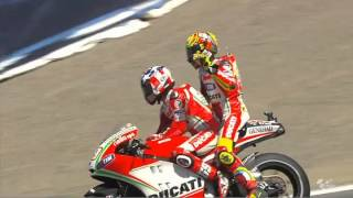 Valentino Rossi gets a lift from team-mate Nicky Hayden thumbnail