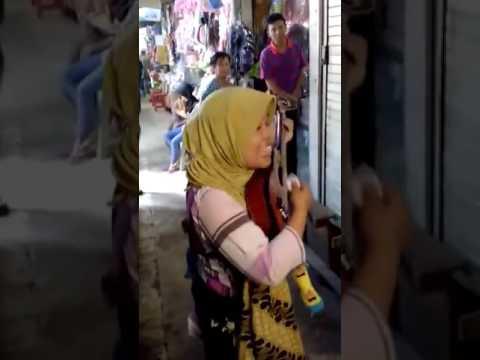 Secawan madu..pengamen wanita