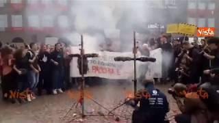 Gli studenti bruciano i manichini di Di Maio e Salvini urlando: