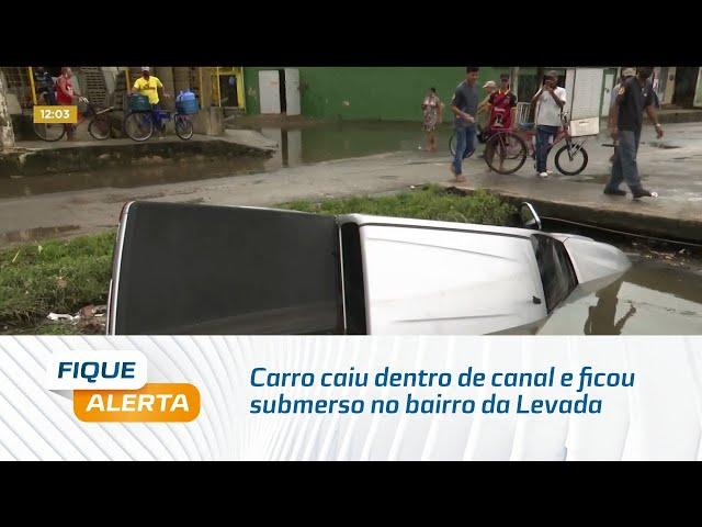 Carro caiu dentro de canal e ficou submerso no bairro da Levada