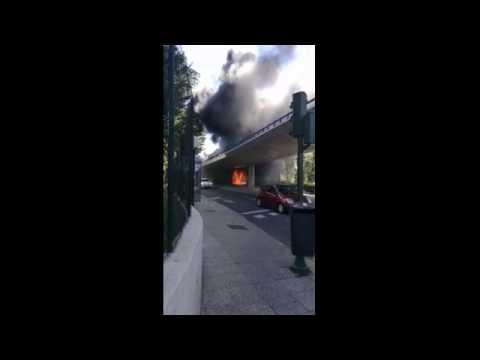 Un autobús se incendia en el Puente de los Franceses
