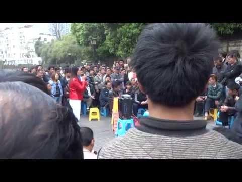 Singing in Guiyang, Guizhou Province, China 貴州省貴陽市の川縁で