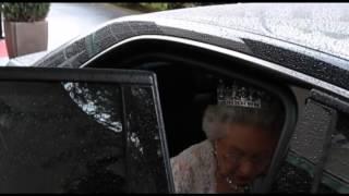La Reine Elisabeth II entre dans sa limousine privée.
