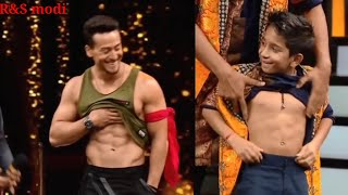 Download lagu Tiger Shroff Flaunts His sexy  8packs Abs in Front Of GF Disha Patani, Here's How She Reacts wow
