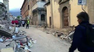Растет число жертв мощного землетрясения в Италии, пострадали четыре области страны.