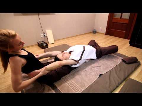Силовой тайский массаж показывает Юля Рыбина