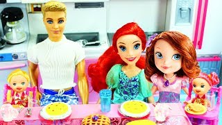 STORY WITH DOLLS: Little Mermaid Ariel Family Night - Princess Sofia Babysits - Come Play with Me
