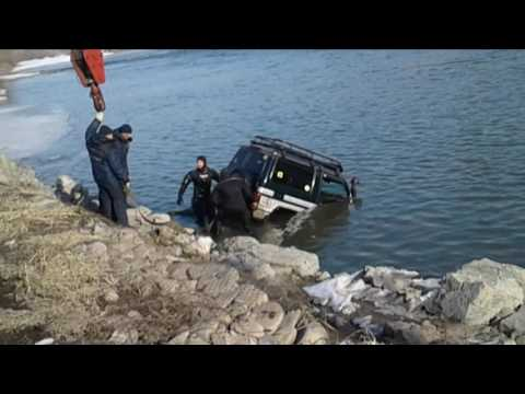 Усть-Каменогорск. Машина перелетела через обочину в реку Ульба