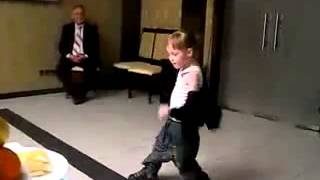 Маленькая девочка танцует хип хоп