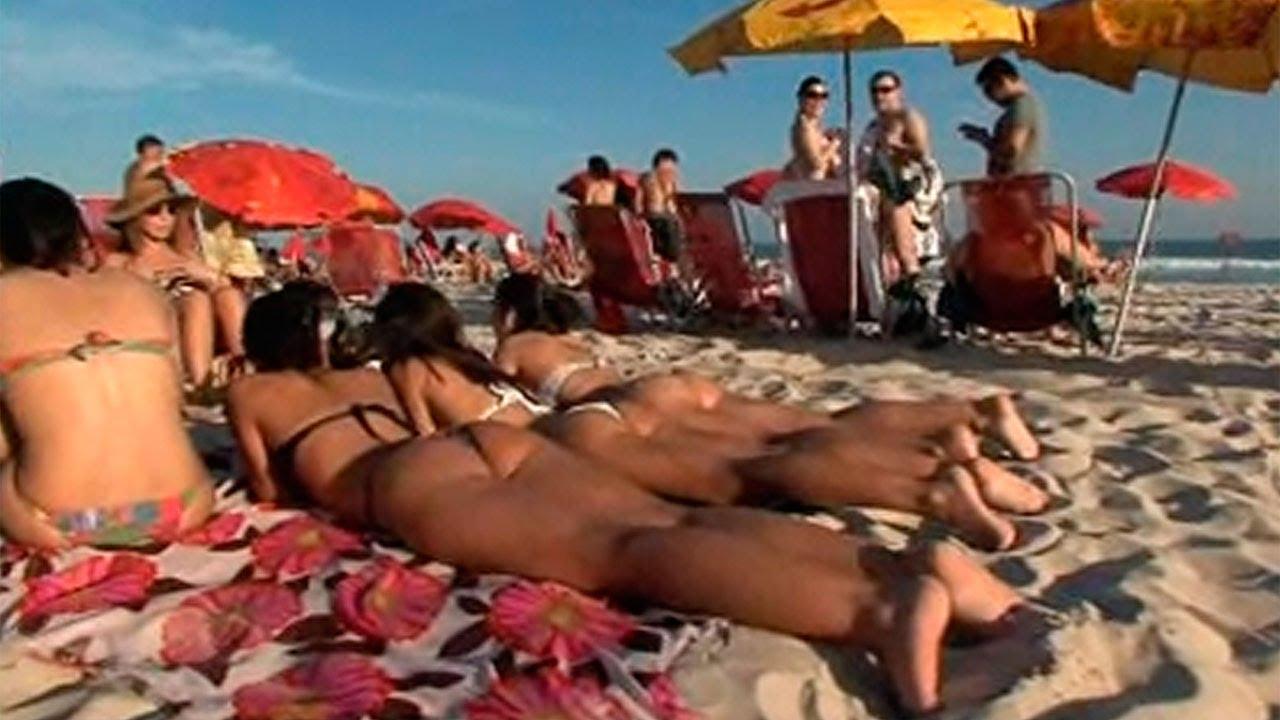 Bikini tanga en la playa de río de janeiro
