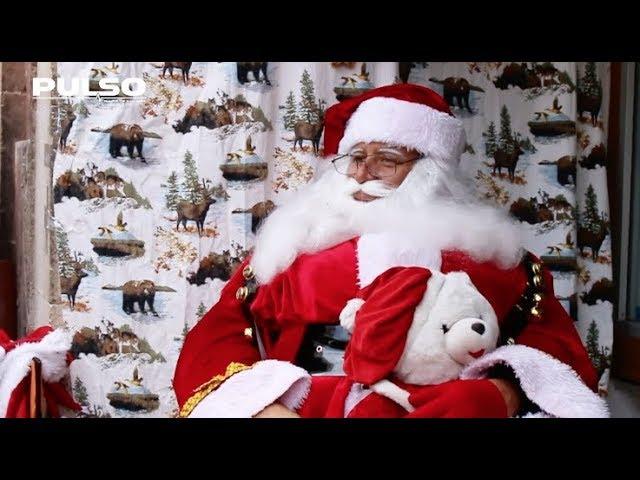 El hombre con el traje de Santa Claus